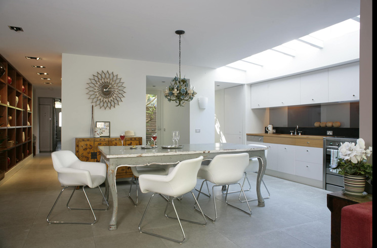 A white dining room by Carlu Seaver by Lizard Management