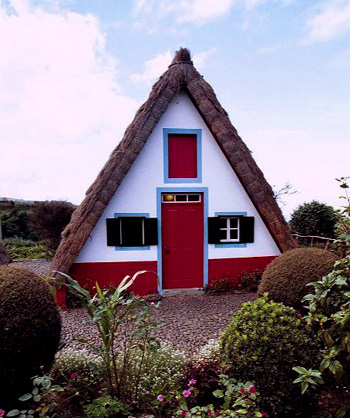 An a-frame house with red door and thatched roof, via Flickr: alanlpriest