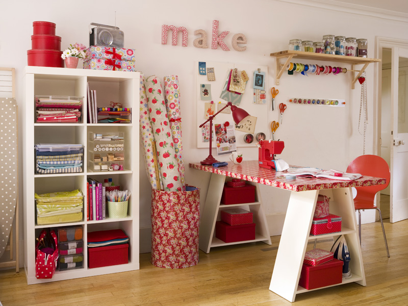 White and red craft room, via Tayla-Club