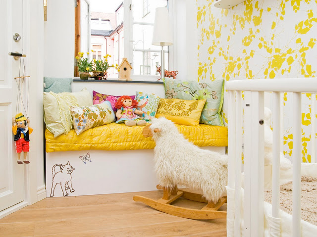 Yellow and white nursery with yellow and white wallpaper via leken hverdag