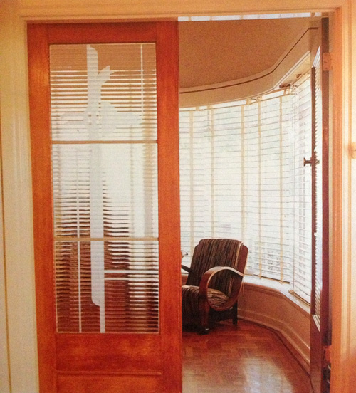 Curved walls and art deco screen door in apartment in Elwood, Melbourne, scanned from Period Home Renovator magazine